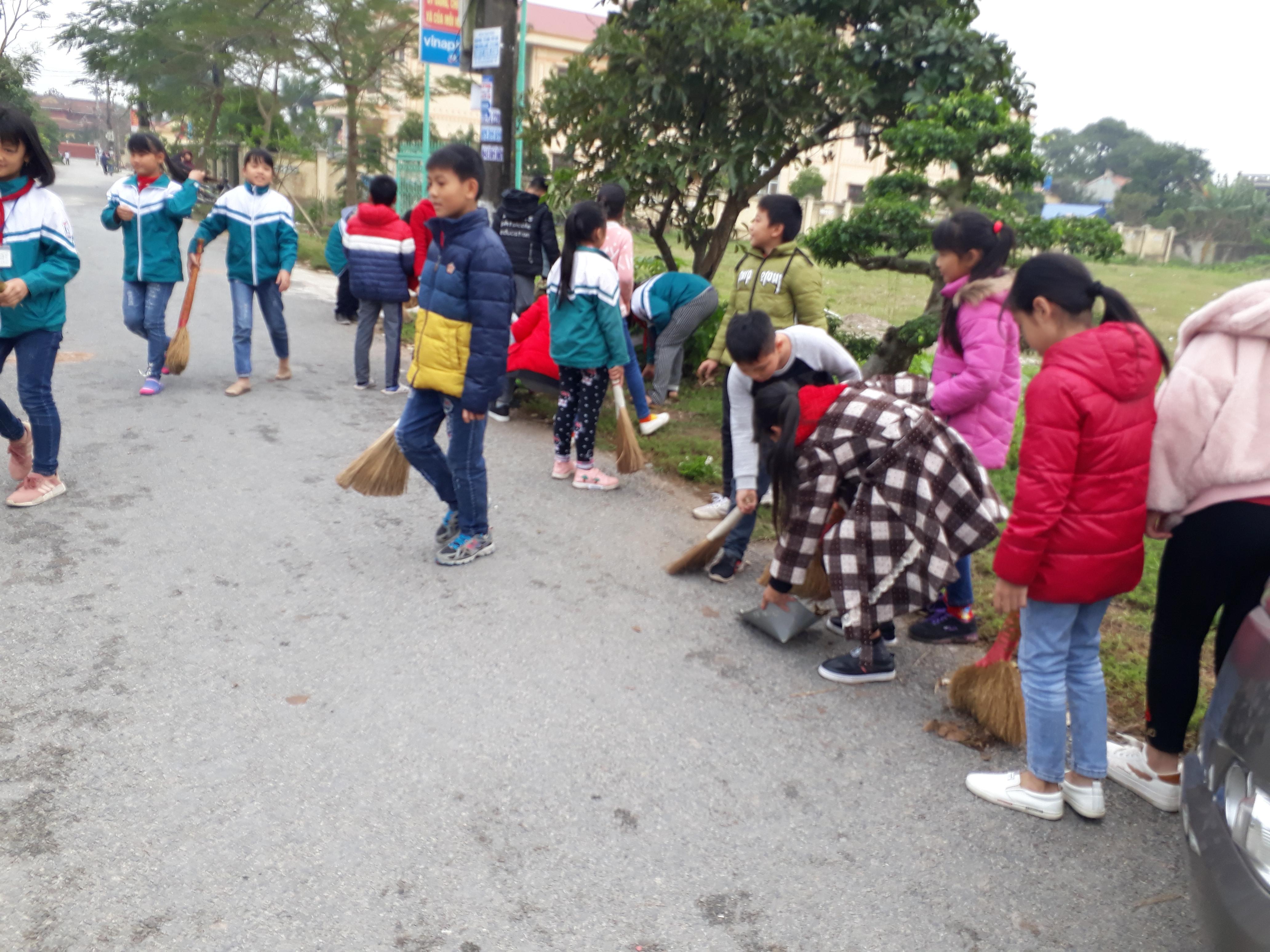 Lao động vệ sinh đường làng ngõ xóm chuẩn bị đón nông thôn mới cùng với nhân dân xã Nam Mỹ.